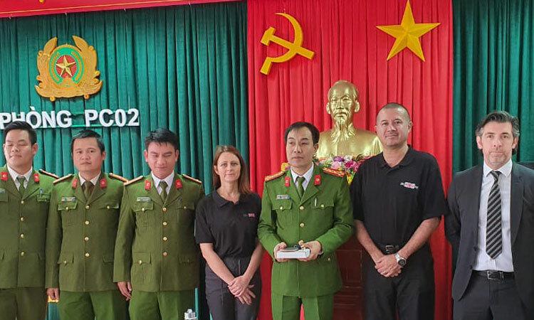 ảnh sát hạt Essex, đại diện Đại sứ quán Anh và công an địa phương tại thành phố Huế hôm 19/2. Ảnh: ĐSQ Anh tại Việt Nam