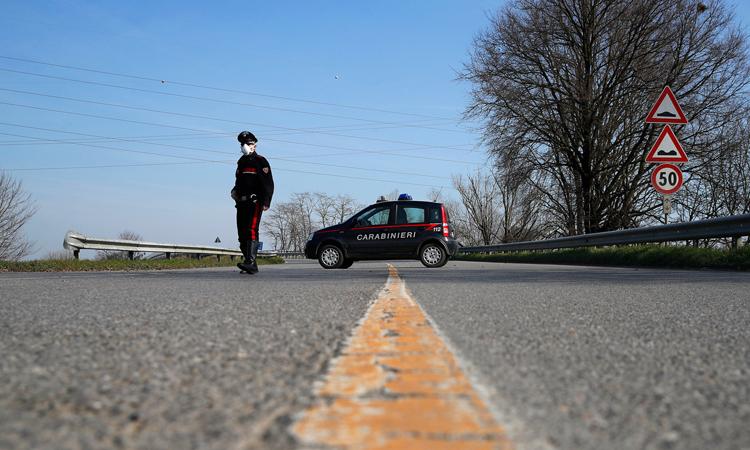Cảnh sát đeo khẩu trang đứng chốt kiểm tra bên ngoài thị trấn Codogno, vùng Lombardy hôm 24/2. Ảnh: NY Times.