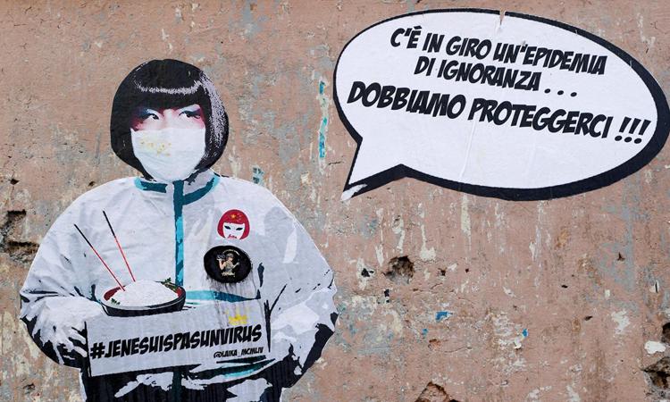 Bức vẽ trên tườnggần quảng trường Piazza Vittorio, thành phố Romevới nội dung Tôi không phải là virus và Ở đây tồn tại dịch bệnh của sự ngu dốt, nên chúng ta phải bảo vệ chính mình. Ảnh: Reuters.