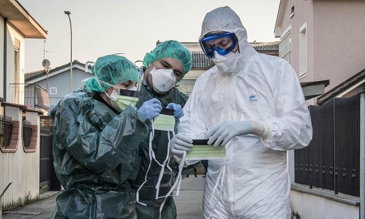 Nhân viên y tế tại thị trấnCastiglione dAdda, Italy ngày 24/2. Ảnh: Reuters.