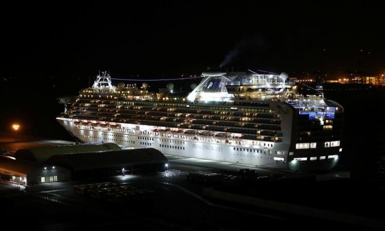 Du thuyền Diamond Princess neo đậu tại cảng Yokohama, Nhật Bản, tối 20/2. Ảnh: Reuters.