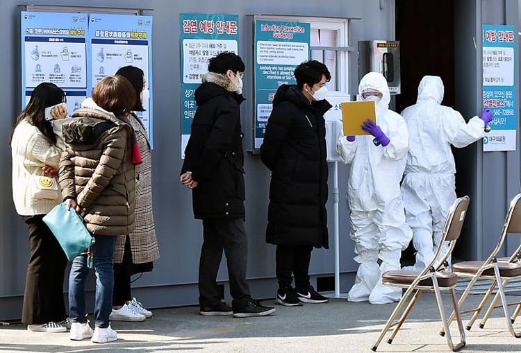 Người nghi nhiễm virus coronaxếp hàng xét nghiệm tại Daegu, Hàn Quốc. Ảnh: AP.
