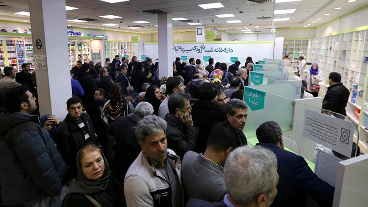 Người dân xếp hàng mua thuốc tại nhà thuốc 13 Aban ởTehran hôm 19/2. Ảnh: AFP