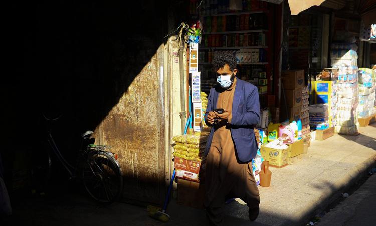 Người đàn ông đeo khẩu trang tại khu chợ ở Herat, Afghanistan hôm 24/2. Ảnh: AFP.
