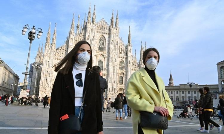 Người dânđeo khẩu trang khiđi qua quảng trường Piazza del Duomo ở thành phố Milan hôm 23/2. Ảnh: AFP.