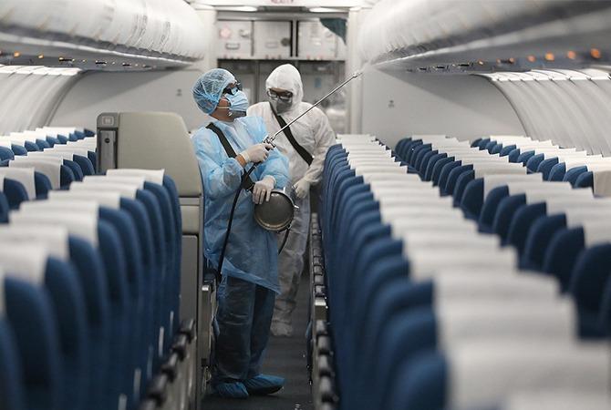 Máy bay Vietnam Airlines được phun khử trùng. Ảnh: Ngọc Thành.