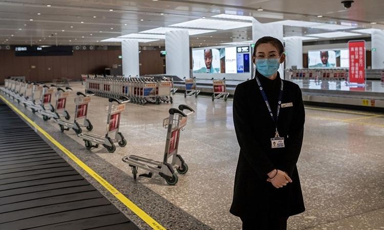 Nhân viên ở sân bay tại Bắc Kinh ngày 14/2. Ảnh: AFP.