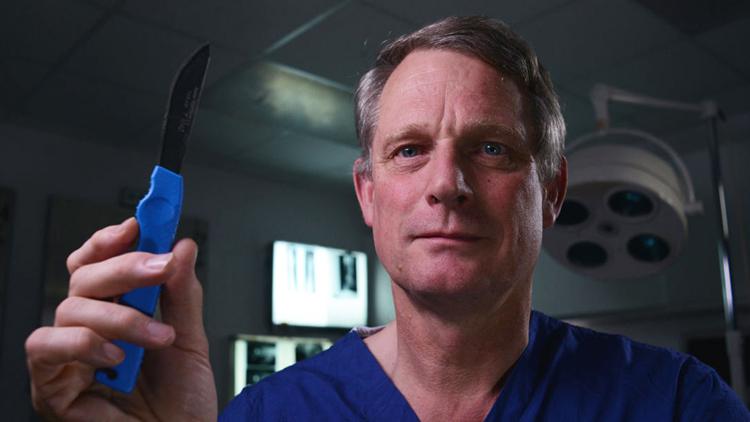 Richard đã có thâm niên 30 năm trong nghề bác sĩ pháp y. Ảnh: GQ.