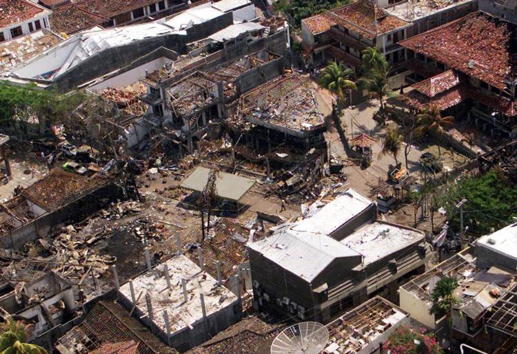 Hiện trường vụ đánh bom khủng bố ở Bali, Indonesia. Ảnh: Courier Mail.