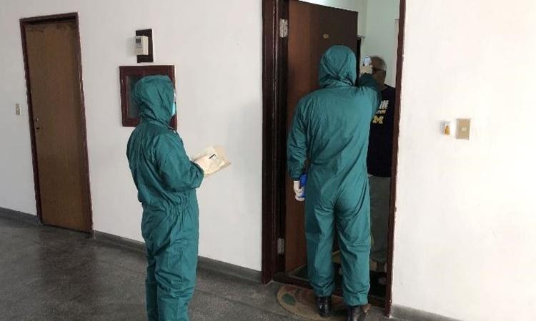 Nhân viên y tế đi kiểm tra nhiệt độ người nước ngoài ở Bình Nhưỡng ngày 3/2. Ảnh: Tass.