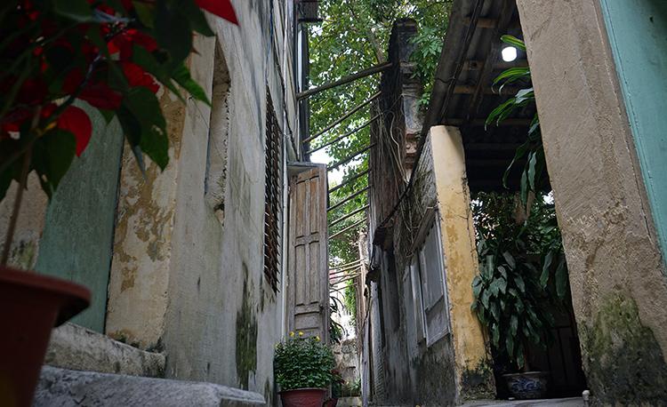 Bức tường cạnh lối vào trụ sởcủa Nhà xuất bản Thanh Hoá nứt gãy nhiều chỗ, phải chống đỡ tạm bợ bằng những khúcgậy tre. Ảnh: Lê Hoàng.