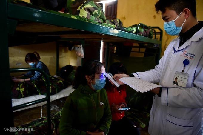 Công dân Việt Nam từ nước có dịch trở về được cách ly trong doanh trại quân đội. Ảnh: Giang Huy