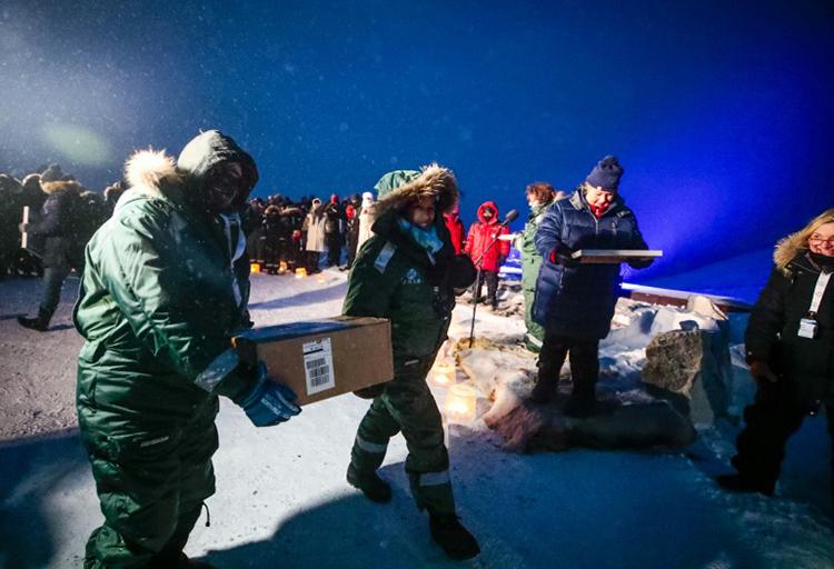 Lô hạt giống được chuyển tới hầm Noah hôm 25/2. Ảnh: AFP.