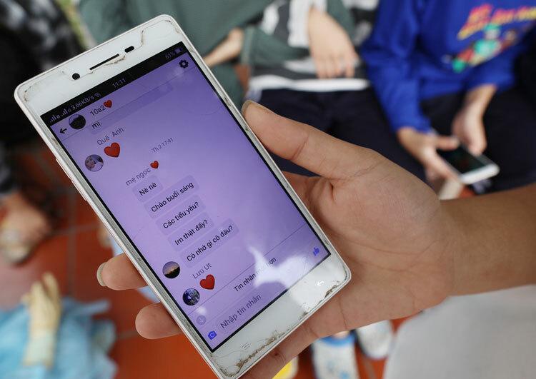 10A2 động viên,thông báo tin tức cho nhau qua nhóm chat chung. Ảnh: Ngọc Thành.