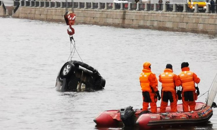 Chiếc Mini Cooper được trục vớt lên bờ sau tai nạn. Ảnh: VK