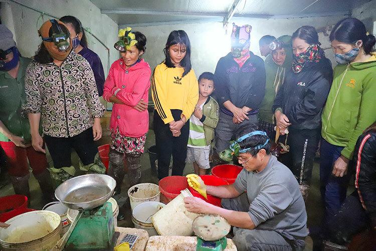 Ông Linh (áo xám, đeo kính) đang thu mua cua đồng của người dân trong xã Cẩm Quan. Ảnh: Đức Hùng