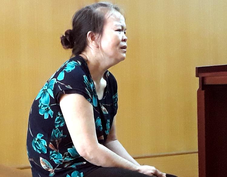 Bị cáo Vẽ nhiều lần khóc tỏ ra hối hận tại tòa. Ảnh: Bình Nguyên.