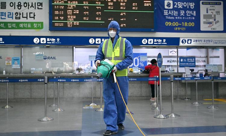 Nhân viên kiểm dịch phun thuốc khử trùng tại một nhà ga ở thành phố Daegu, Hàn Quốc hôm nay. Ảnh: AFP.