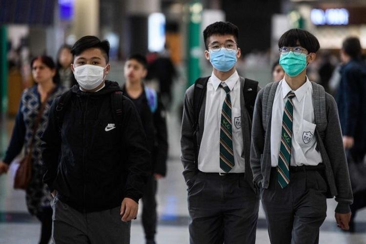 Học sinh Hong Kong đeo mặt nạ khi ra ngoài. Ảnh: AFP