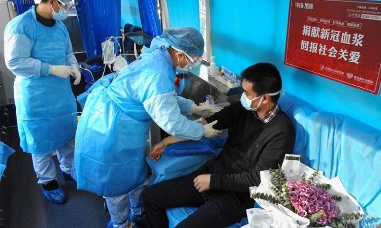 Người khỏi bệnh hiến huyết tương ở thành phố Liên Vân Cảng, tỉnh Giang Tô, Trung Quốc hôm 16/2. Ảnh: AFP.