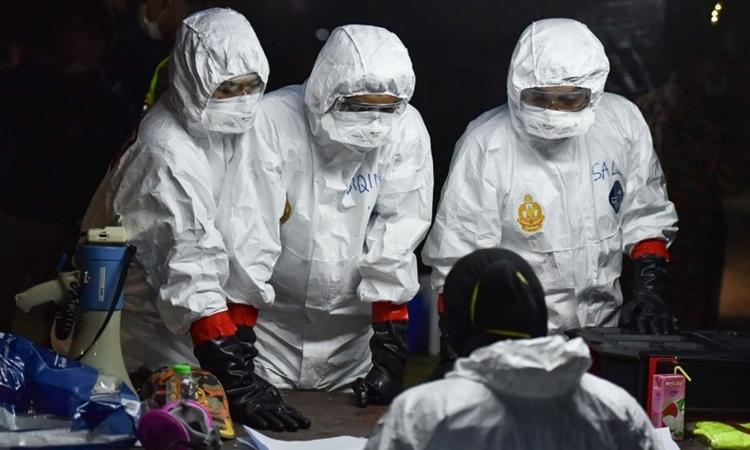 Nhân viên y tế tại sân bay Malaysia ngày 26/2, khi nước này hồi hương công dân từ Vũ Hán. Ảnh: AFP.