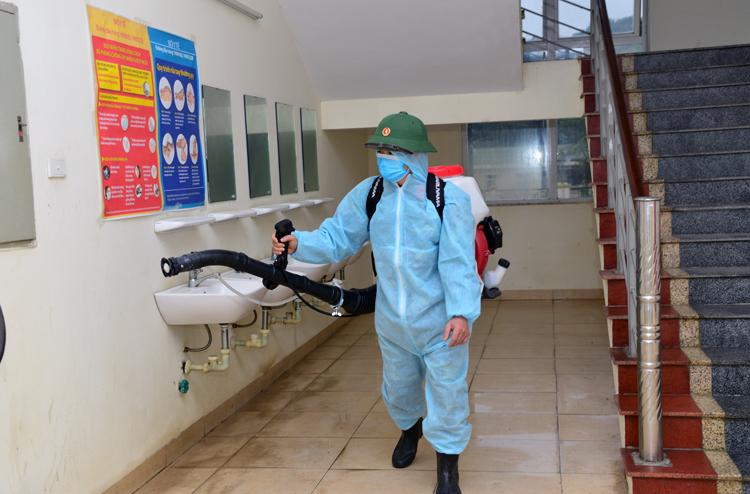Phun thuốc khử trùng tại khu cách ly của Bộ Tư lệnh quân khu thủ đô. Ảnh: Dũng Nguyễn.