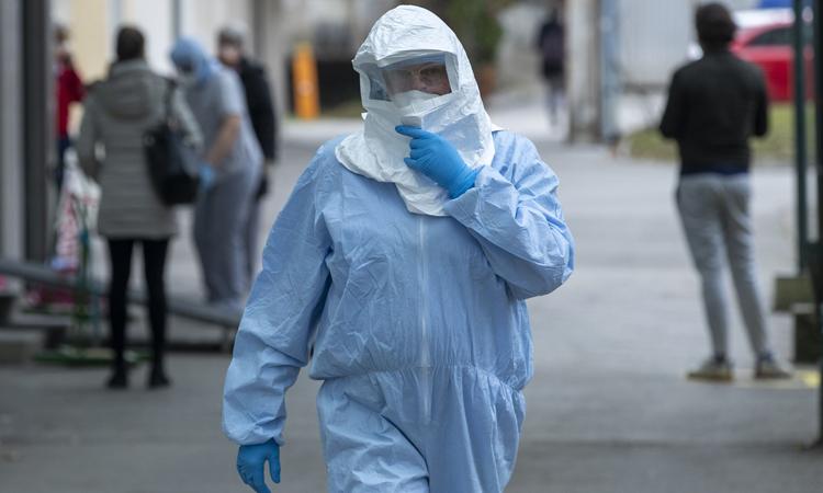 Nhân viên y tế mặc đồ bảo hộ tại một bệnh viện ở Zagreb, Croatia hôm 25/2. Ảnh: AP.
