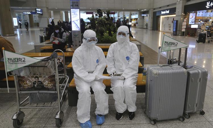 Nhân viên y tế mặc đồ bảo hộ tại sân bay quốc tế Incheon, Hàn Quốc hôm 25/2. Ảnh: AP.