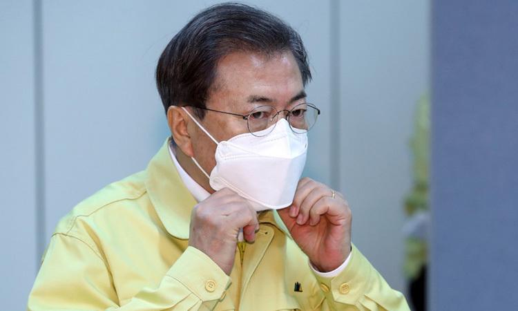 Tổng thống Hàn Quốc tại cuộc họp ứng phó dịch Covid-19 ở thành phố Daegu hôm 25/2. Ảnh: AFP.