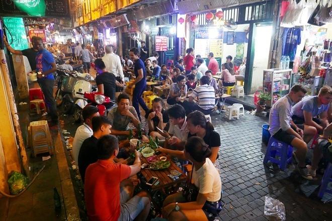 Hai ngày cuối tuần, hàng quán ở phố Tạ Hiệnđược mở cửađến 2h sáng. Ảnh: Ngọc Thành.