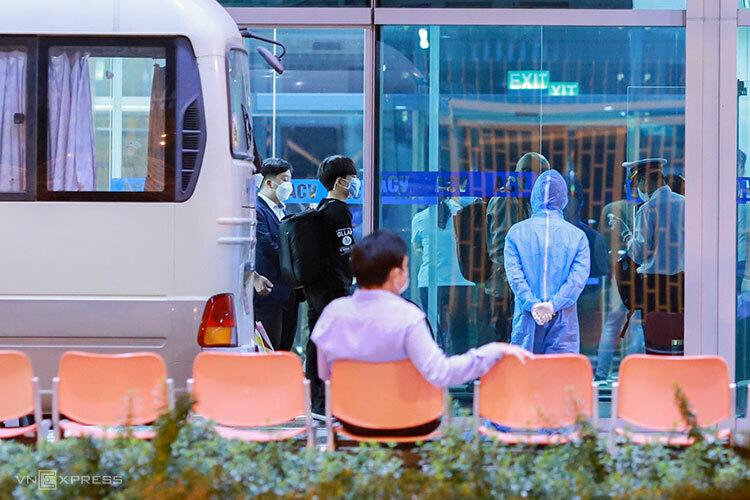 18 người Hàn Quốc được kiểm tra y tế, khử trùng hành lý trước khi rời Đà Nẵng tối 25/2. Ảnh: Nguyễn Đông.