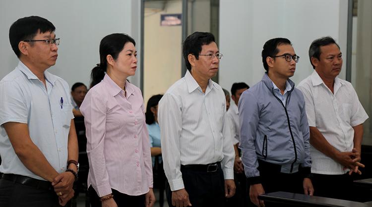 Ông Lê Huy Toàn (ở giữa) cùng bốn bị cáo trong phiên tòa. Ảnh: Xuân Ngọc.