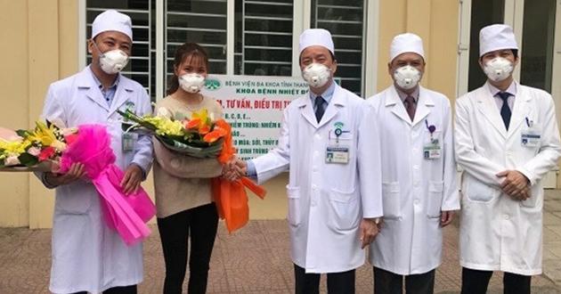 Y bác sĩ Bệnh viện Đa khoa tỉnh Thanh Hoá chúc mừng bệnh nhân Thu trang trong ngày ra viện hôm 2/3. Ảnh: Lam Sơn.