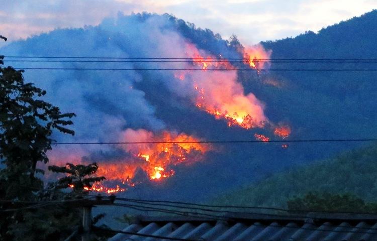 Hàng chục ha rừng phòng hộ tại núi Chùa, xã Hồng Thái Đông, thị xã Đông Triều (Quảng Ninh) cháy từ 14h chiều 27/2 đến nửa đêm vẫn cháy rực lửa. Ảnh: Giang Chinh