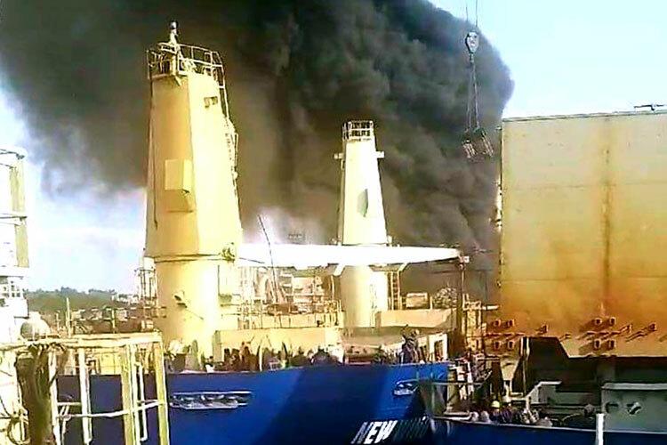 Ngọn khói bốc lên từ con tàu cháy. Ảnh: Giang Chinh.