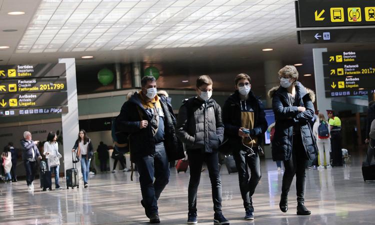 Một gia đìnhtạisân bay Barcelona, Tây Ban Nha hôm 26/2. Ảnh: Reuters.