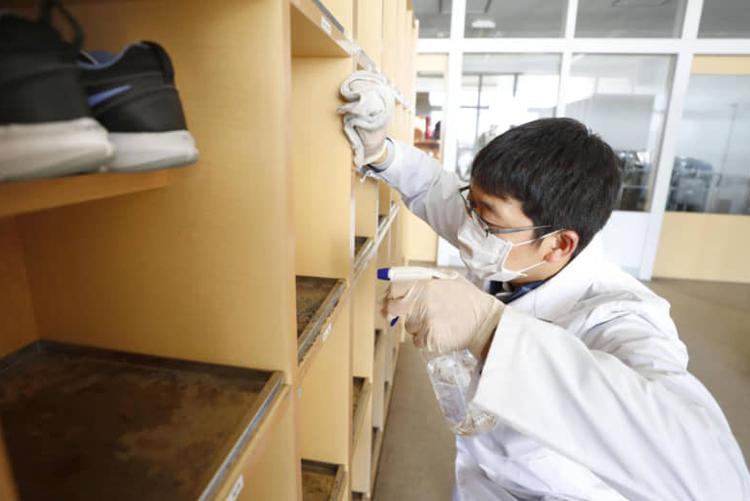 Nhân viên y tế khử trùng lớp học tại một trường tiểu học ở Hokkaido vào ngày 27/2. Ảnh: Kyodo.