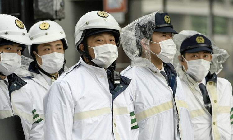 Cảnh sát Tokyo, Nhật Bản mặc trang phục bảo hộ khi làm việc. Ảnh: Kyodo News.