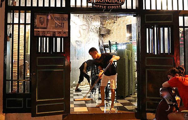 Một quán bia ở góc phố cổ Tạ Hiện dọn dẹp lúc 12h đêmkhi khách du lịch nước ngoài bắt đầu có nhu cầu giải trí. Ảnh: Ngọc Thành.