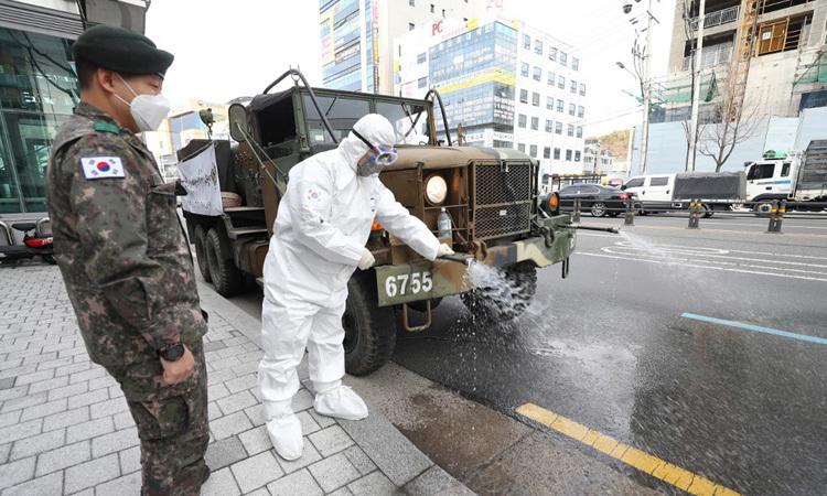 Xe quân đội Hàn Quốc phun thuốc khử trùng ở thành phố Daegu hôm nay. Ảnh: AFP.