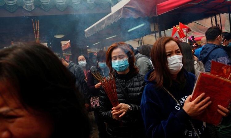 Người dân Hong Kong đi chùa trong dịp năm mới hôm 26/1. Ảnh: Reuters.