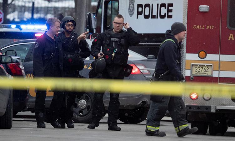 Cảnh sát tại hiện trường vụ xả súng ở Milwaukee, bang Wiscousin, Mỹ hôm 26/2. Ảnh: Reuters.