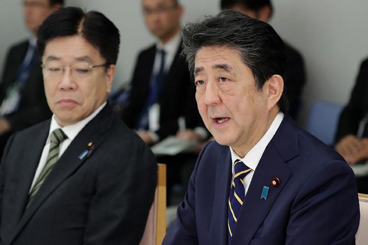 Thủ tướng Shinzo Abe (phải) và Bộ trưởng Y tế Nhật Bản Katsunobu Kato tại cuộc họp về dịch Covid-19 hôm qua. Ảnh: AFP