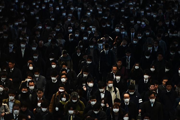 Cảnh đông đúc vào giờ cao điểm ở ga Shinagawa, Tokyo hôm nay. Ảnh: AFP
