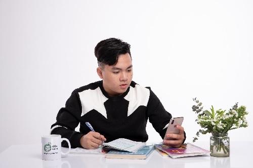 Học sinh tự học và làm bài ở nhà trên các ứng dụng học trực tuyến. Ảnh minh họa.