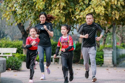 MC Thu Hương -Chuyển động 24h, đồng thời là phụ huynh Vinschool, tham gia Thử thách chạy 30 ngày cùng gia đình mình từ sáng sớm.