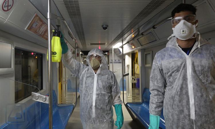 Nhân viên môi trường đô thị Tehran vệ sinh tàu điện ngầm để ngăn virus corona phát tán ngày 26/2. Ảnh: AFP.