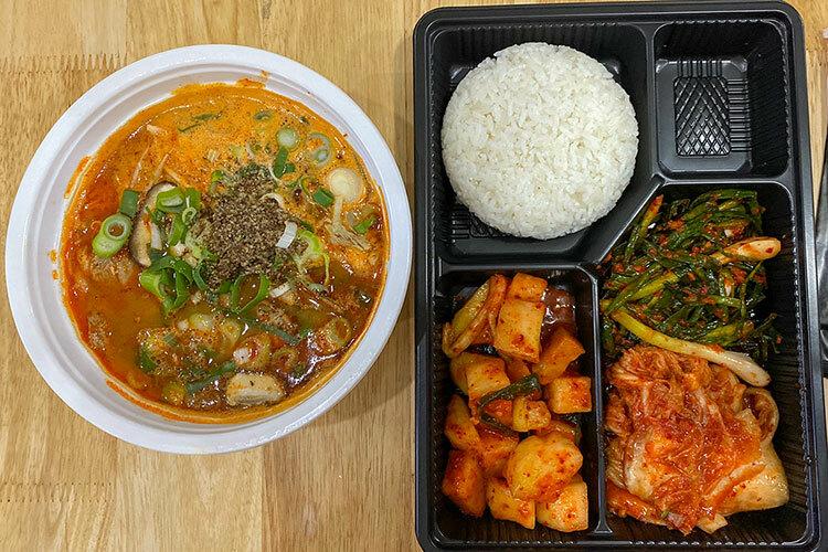 Bữa cơm Hàn Quốc được lãnh đạo thành phố mua phục vụ cho nhóm khách trước khi lên máy bay về Incheon. Ảnh: Khánh Vân.