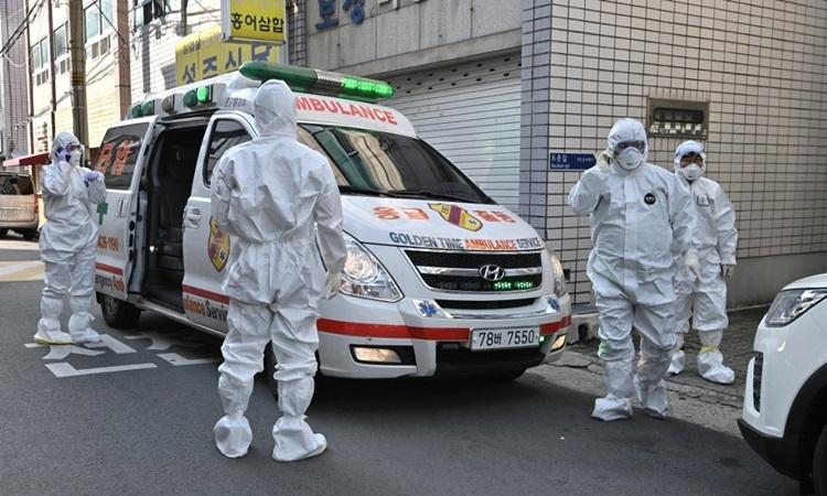 Nhân viên y tế Hàn Quốc kiểm tranơi cư trú của những người có triệu chứng nghi nhiễm Covid-19 ở Daegu hôm 27/2. Ảnh: AFP.
