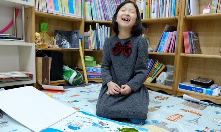 Hwang Si-yeon, 6 tuổi, dành thời gian ở nhà chủ yếu để vẽ và đọc sách. Ảnh: Washington Post.